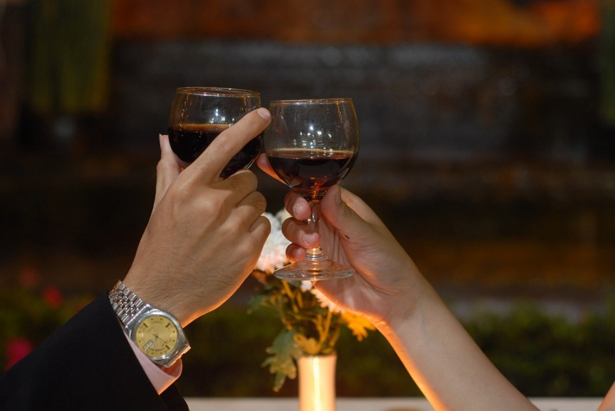 Valentine's day date night ideas in Kansas City - two wine glasses toasting