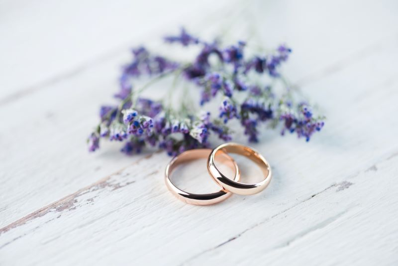 bridal fairs in Kansas City - set of gold wedding rings