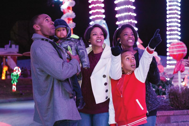 Christmas and Holiday Events and Activities in Kansas City 2019 - family looking at holiday decorations