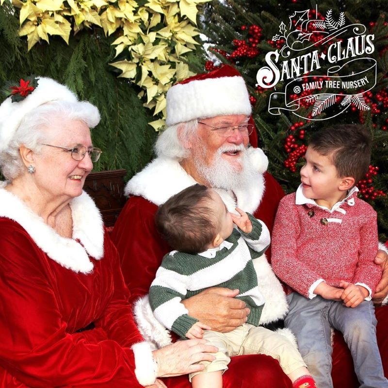 Free Santa photo opportunities with Santa - Santa, Mrs. Claus and two small kids